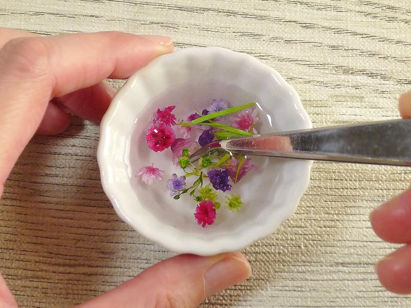 写真:花材をオイルに浸す
