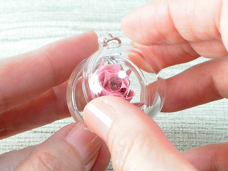 アクリルボールにバラを入れる